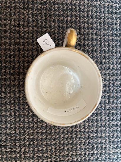 SÈVRES Tasse litron et une sous-tasse. La tasse en porcelaine dure décorée en polychromie...
