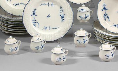 Six pots à crème et six couvercles en porcelaine...