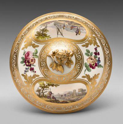 SÈVRES Écuelle à bouillon couverte et son présentoir en porcelaine à pâte dure à...