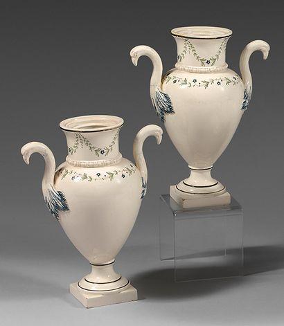 Paire de vases en faïence fine du début XIXe...