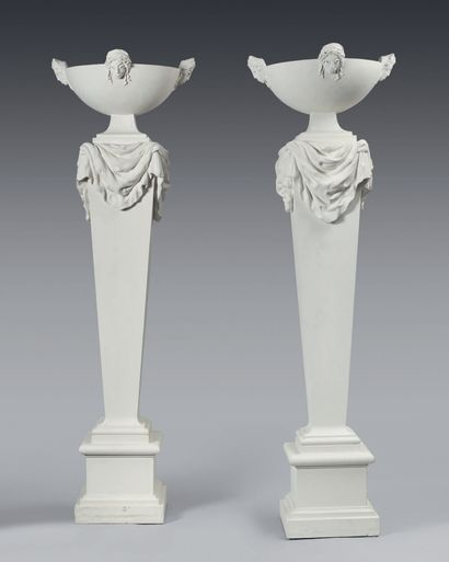 TRAVAIL FRANÇAIS Paire de colonnes éclairantes en plâtre, vasque hémisphérique à...