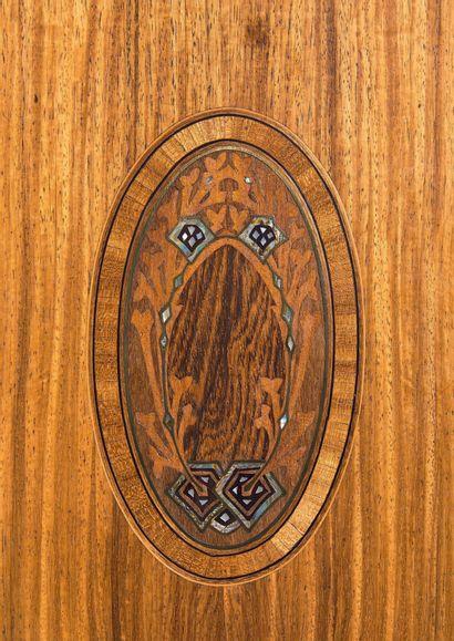 MAJORELLE Louis (1859-1926) Bibliothèque en noyer à une porte vitrée dans sa partie...