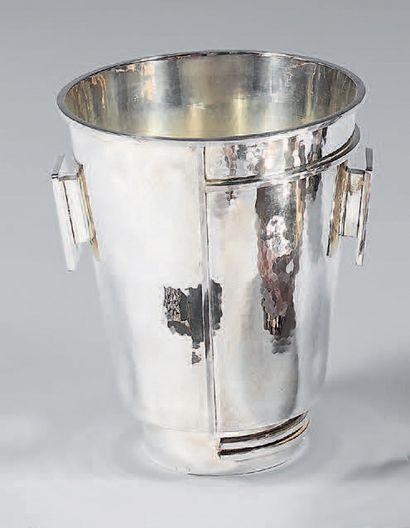 DESPRÈS Jean (1889-1980) Grand seau à champagne en métal argenté entièrement martelé,...
