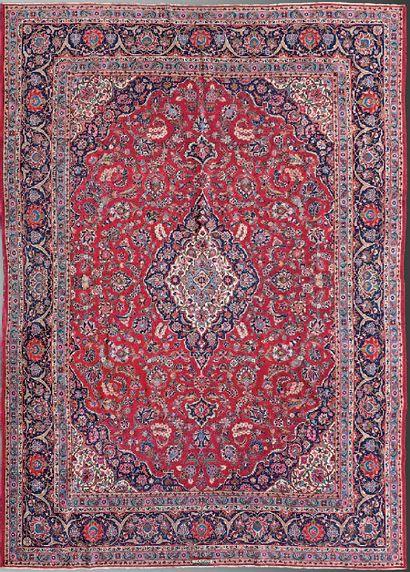 Grand tapis en laine à médaillon central...