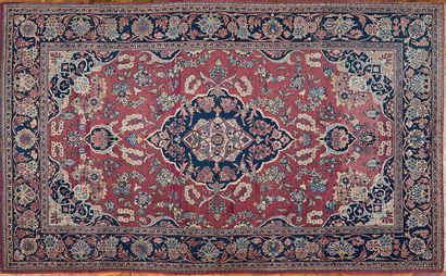Paire de petits tapis en laine à décor de...