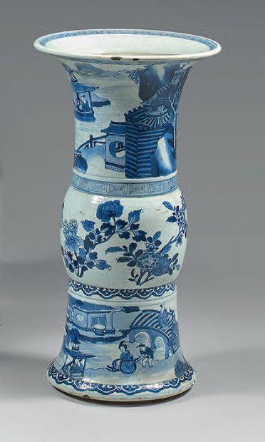 Vase en porcelaine de Chine, de forme gu,...