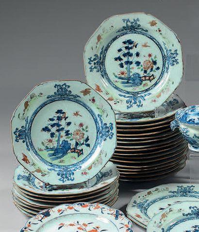 Trente assiettes en porcelaine de Chine,...