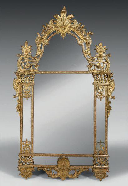 Miroir à parecloses en bois sculpté et redoré...