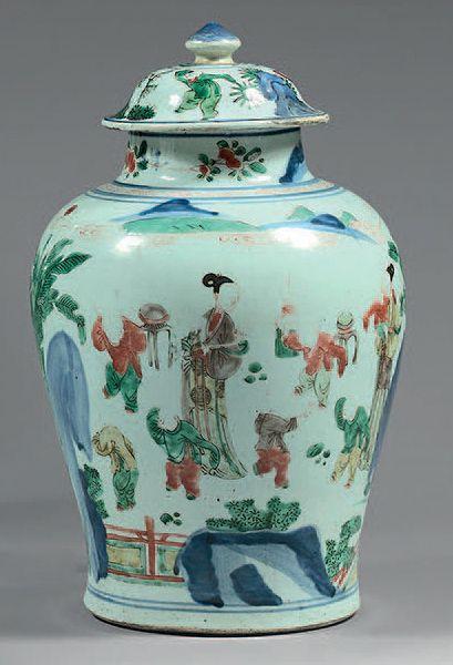Potiche en porcelaine Wucaï, à décor de femmes...