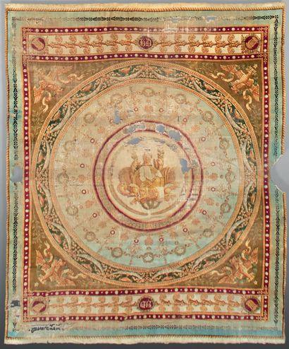 Très rare tapis à décor de trophées guerriers,...