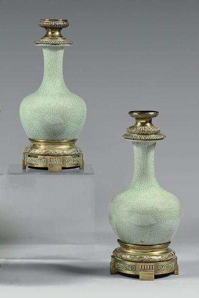 Paire de vases balustres en céramique craquelée,...