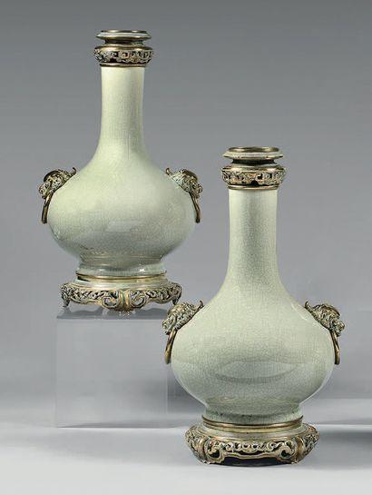 Paire de vases de forme bombée à haut col,...