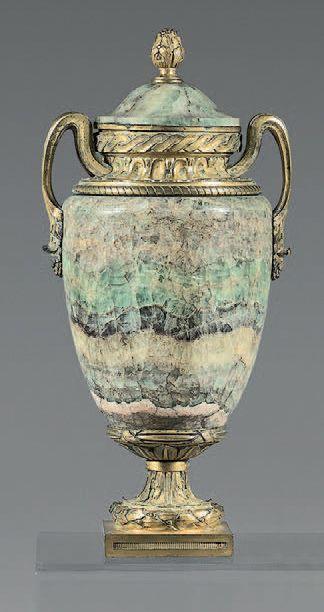 Vase ovoïde en spath fluor et bronze ciselé...