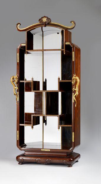 Meuble de présentation en palissandre et placage de palissandre; de forme architecturée...