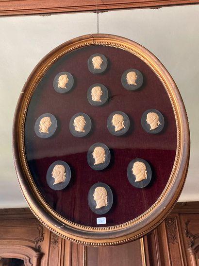 Encadré ovale représentant des profils d'Empereurs,...