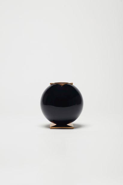Vase en bronze doré et verre  18,5 x 18 cm,...