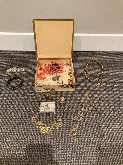 Lot de bijoux fantaisie comprenant un ensemble...