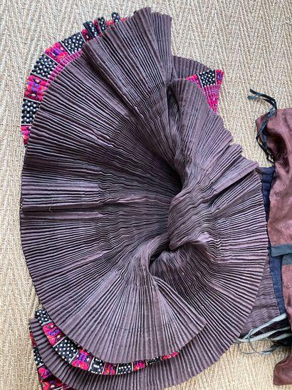 Costume de femme de l'ethnie Miao style Huangping, Chine  Veste et jupe  Lot vendu...