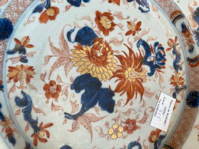 Japon, deux assiettes en porcelaine à décor dans la palette imari  XIXème siècle...