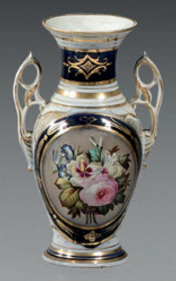 BAYEUX Vase de forme balustre en porcelaine...