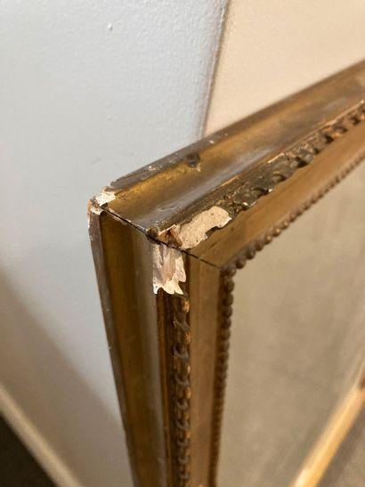 Lot comprenant un miroir dans un cadre en bois doré, on y joint une gravure encadrée...