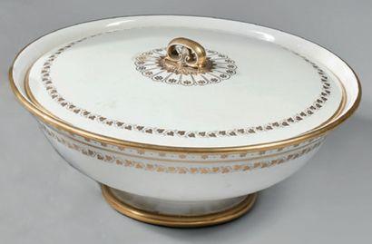 SEVRES Grande jatte couverte en porcelaine...