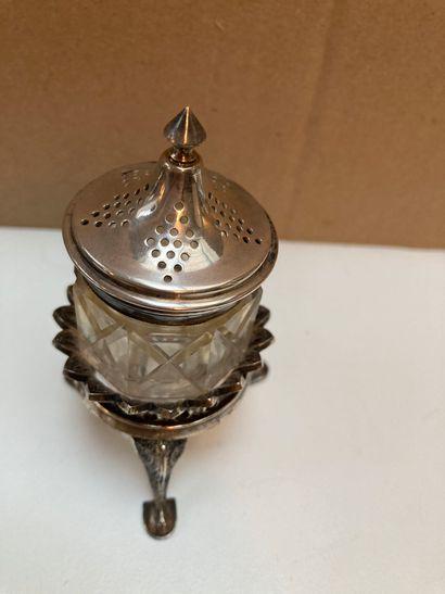 Lot composé :  - D'un flacon à sel à deux compartiments en verre taillé, bouchons...