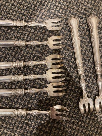 12 fourchettes a huitres. Manches en argent fourré. Poinçon Minerve  Poids Brut...