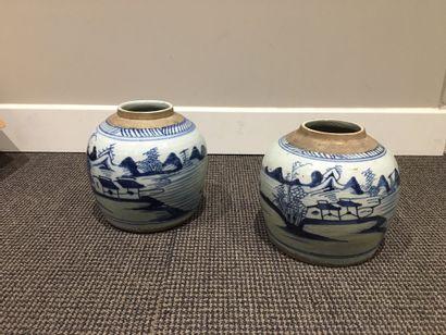 CHINE Deux petits pots à gingembre en porcelaine,...