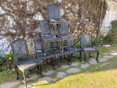 Suite de 8 chaises cannées en bois mouluré...