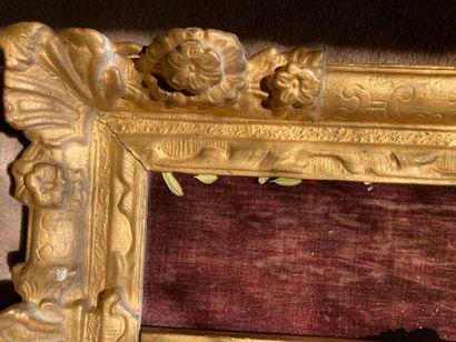 Crucifix, cadre cintré en bois doré  H : 45 - L : 30,5 cm (éclats au cadre et manque...
