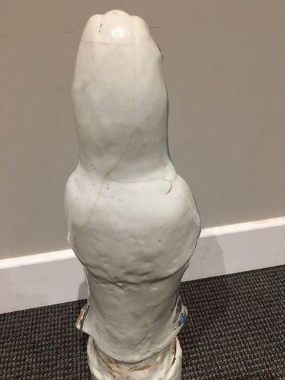 CHINE Grande figurine représentant la déesse Guanyn, émaillée blanche, debout sur...