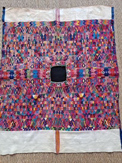 Vêtement traditionnel feminin dit« Huipile » du Guatémala, tissé  H = 120 cm  quelques...