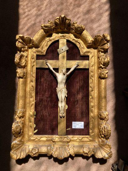 Crucifix, cadre cintré en bois doré  H :...