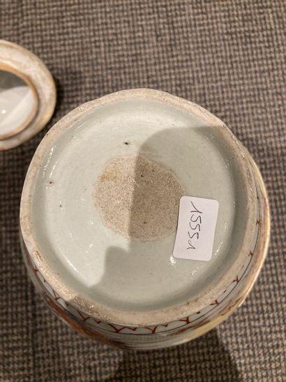Paire de potiches couvertes en porcelaine dans la palette Imari à décor de de chimères....
