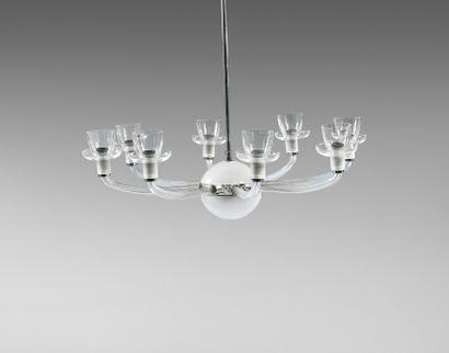 TRAVAIL FRANCAIS   Lustre en verre blanc transparent et satiné à huit bras de lumières....