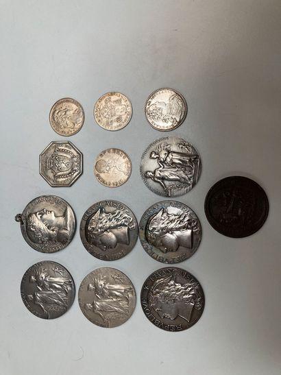 Lot de médailles et pièces en argent comprenant...