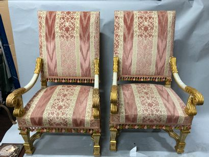 Paire de fauteuils en bois laqué et doré...