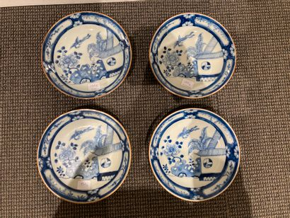 CHINE  Quatre assiettes en porcelaine à décor...
