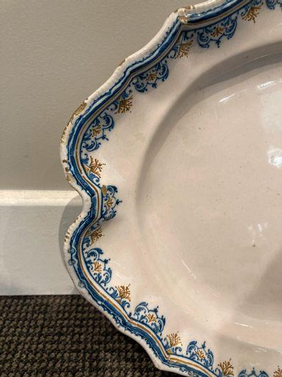 MOUSTIERS, manufacture d Olérys et Laugier Plat ovale à bordure contournée en faïence...