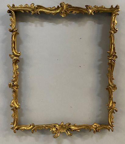 Cadre en bois et stuc doré à décor baroque...