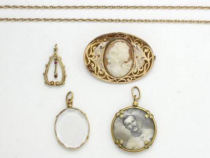 Lot en or 750 et 585 composée de 2 pendentifs...