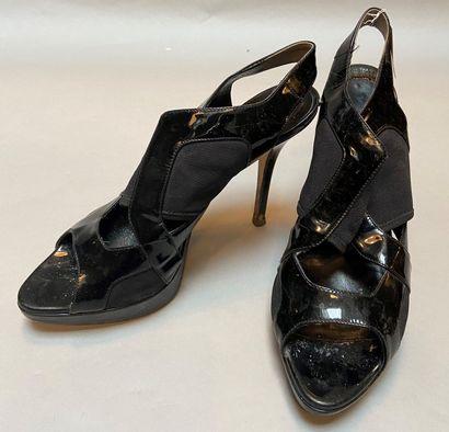 DIOR  Paire de sandales à talon en cuir vernis...