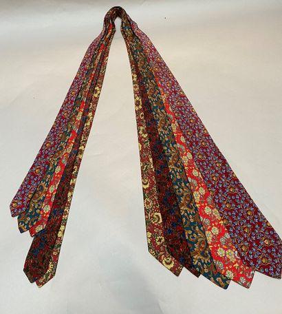 NINA RICCI  Lot de cinq cravates en soie...