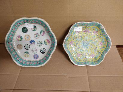 Deux coupes sur piédouche en porcelaine de...