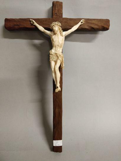 Christ sculpté monté sur croix en bois  Christ...