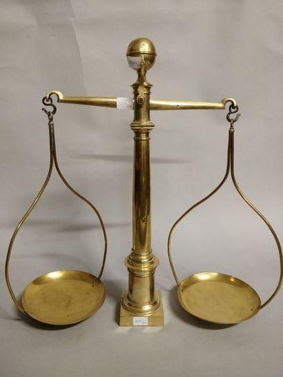 Balance en cuivre à deux plateaux  Ht 46,5...