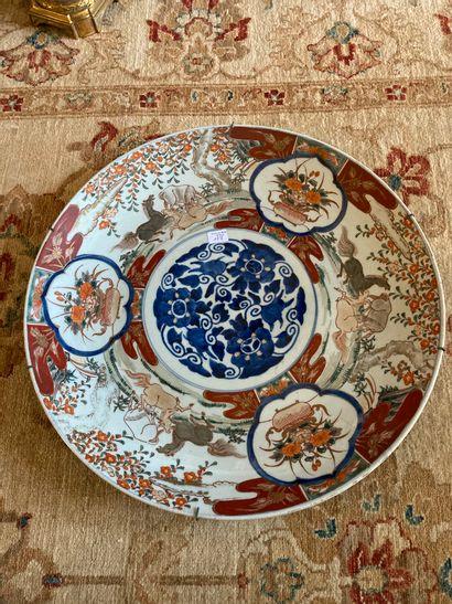 Japon, un grand plat en porcelaine dans la...