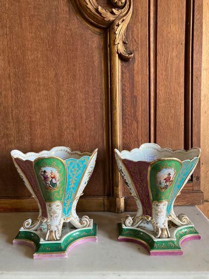 Paire de vases sur piétement à enroulement,...