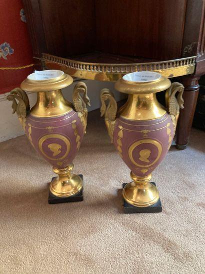 Paire de vases en porcelaine de Paris, rose...